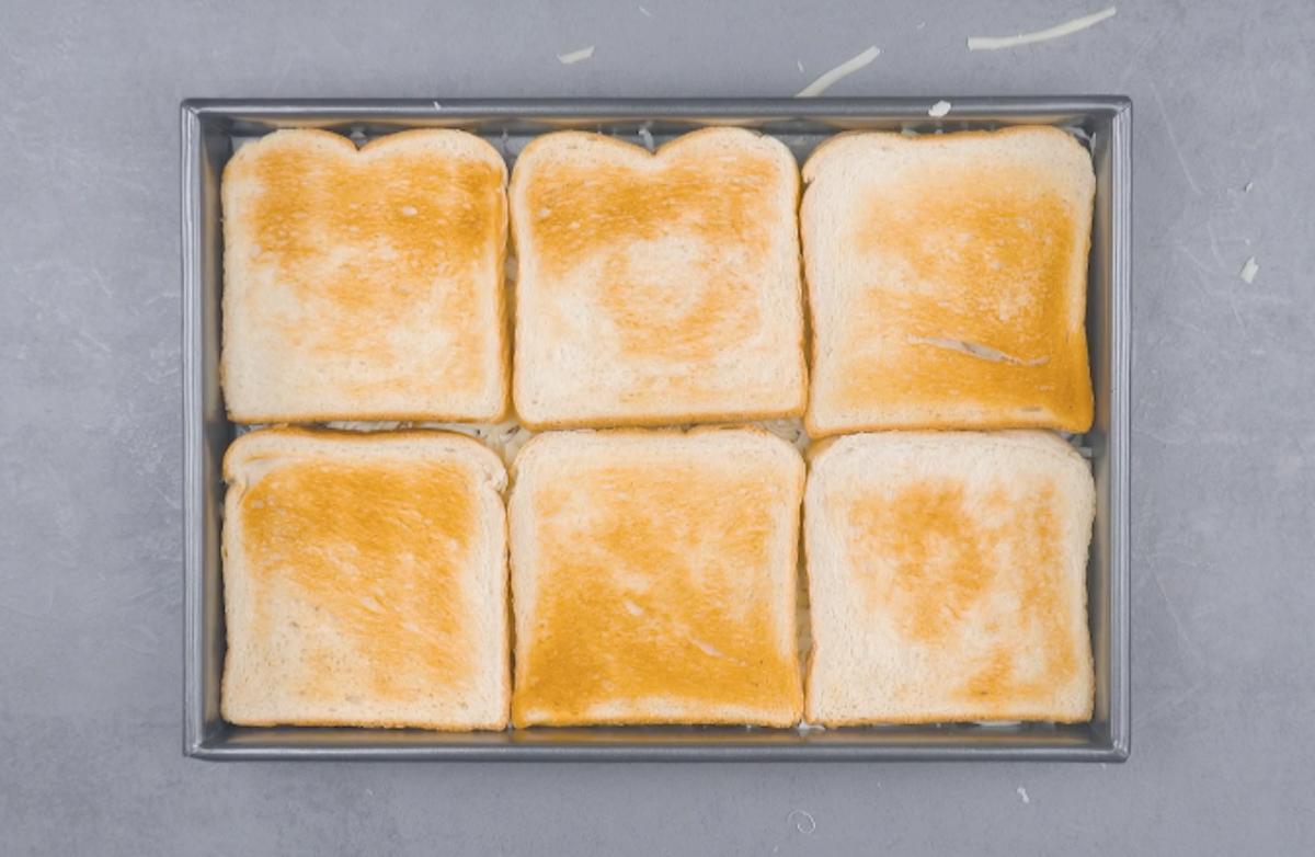 6 fette di pane tostato in teglia