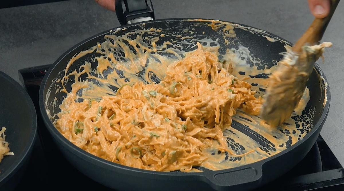 Ripieno con petto di pollo piccante, formaggio fresco e panna da cucina