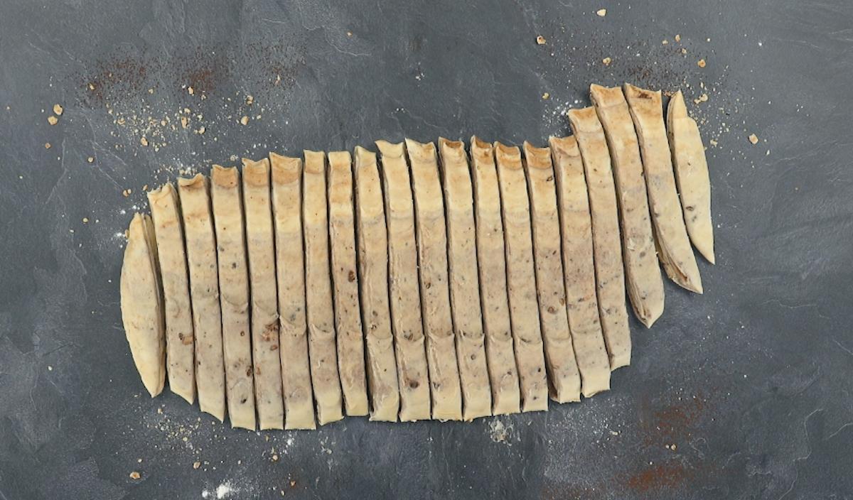 Impasto di pasta sfoglia tagliato a strisce