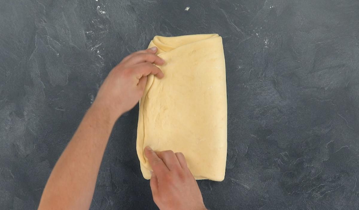 Rettangolo di pasta sfoglia che avvolge il burro maneggiato