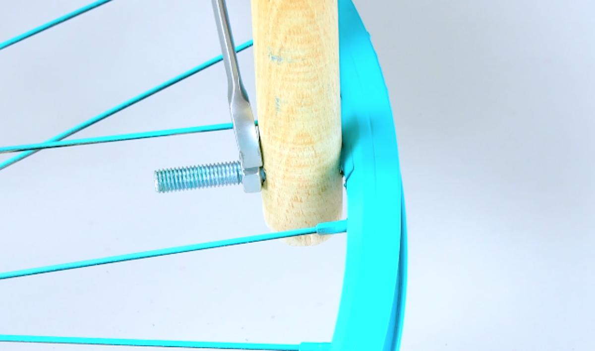 Manico di scopa fissati al cerchione bici