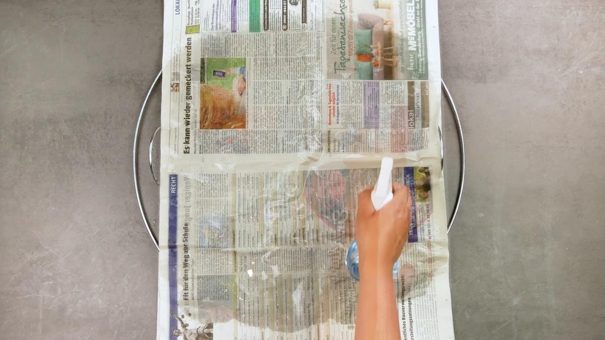 Griglia barbecue con carta di giornale umida