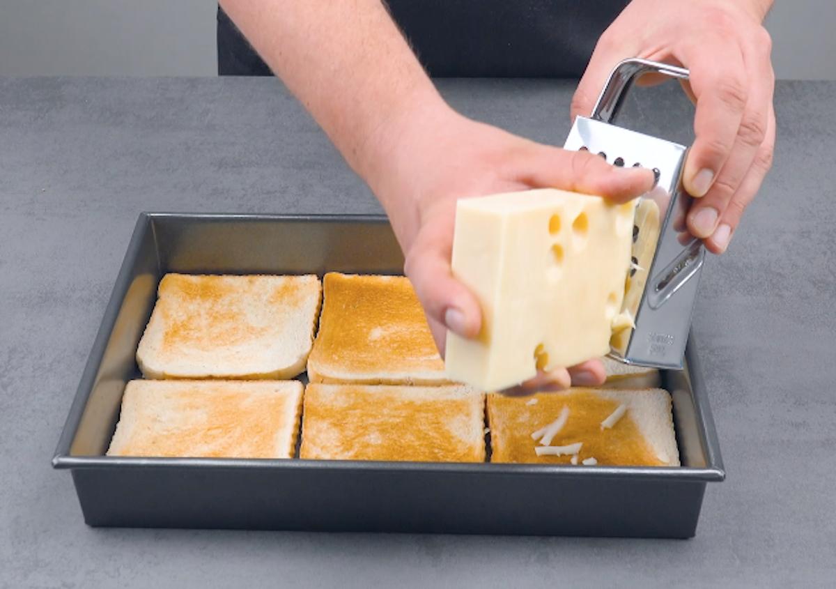 Strato di formaggio sulle fette di pancarrè