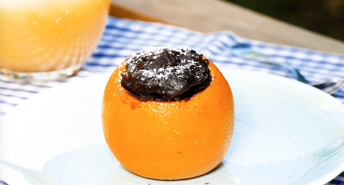 Brownies al cioccolato dentro buccia d'arancia