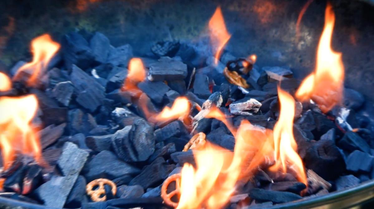 Carbonella per barbecue accesa