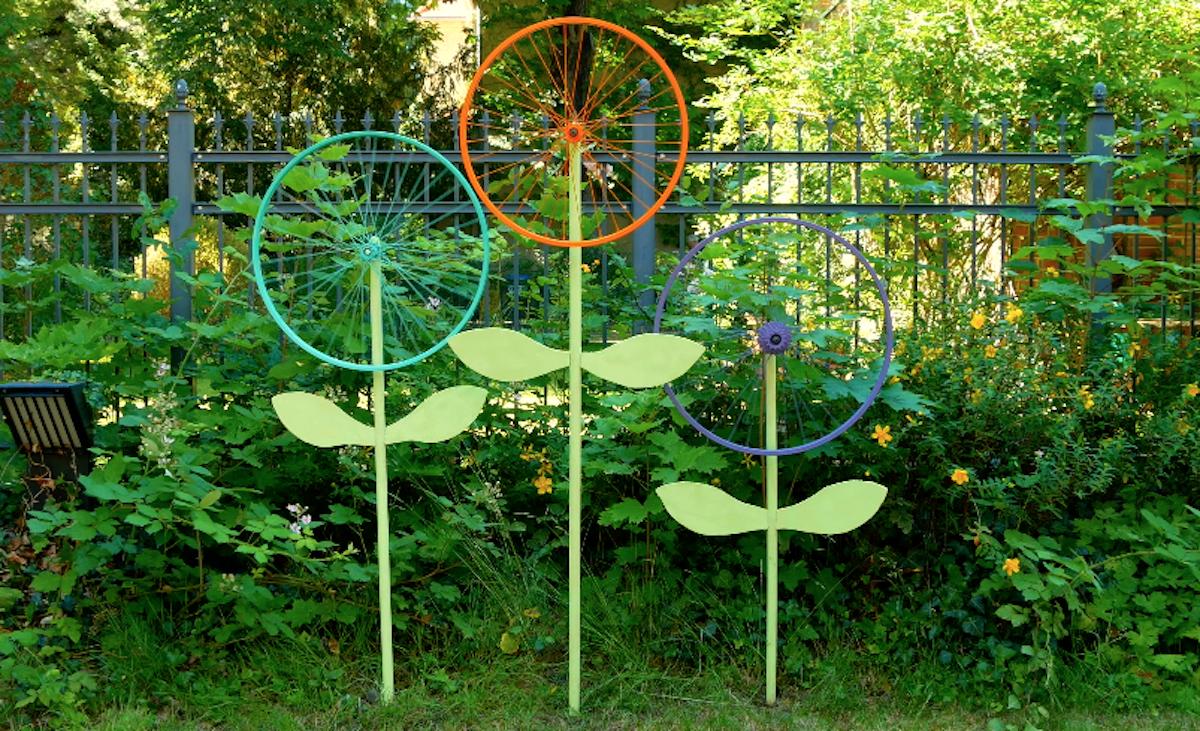 Decorazione giardino con cerchione bici