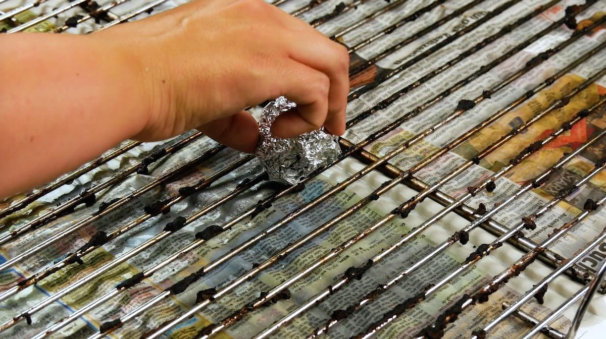 Pulizia della griglia barbecue con carta stagnola