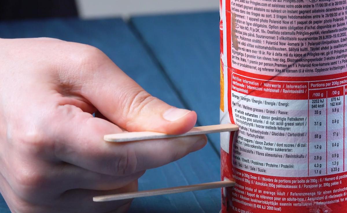 Stecco gelato infilato nella confezione di patatine Pringles