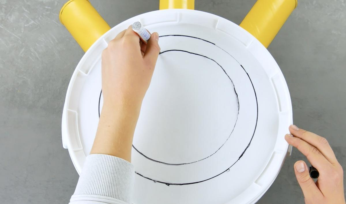 Due cerchi concentrici disegnati con il pennarello sul coperchio del secchio