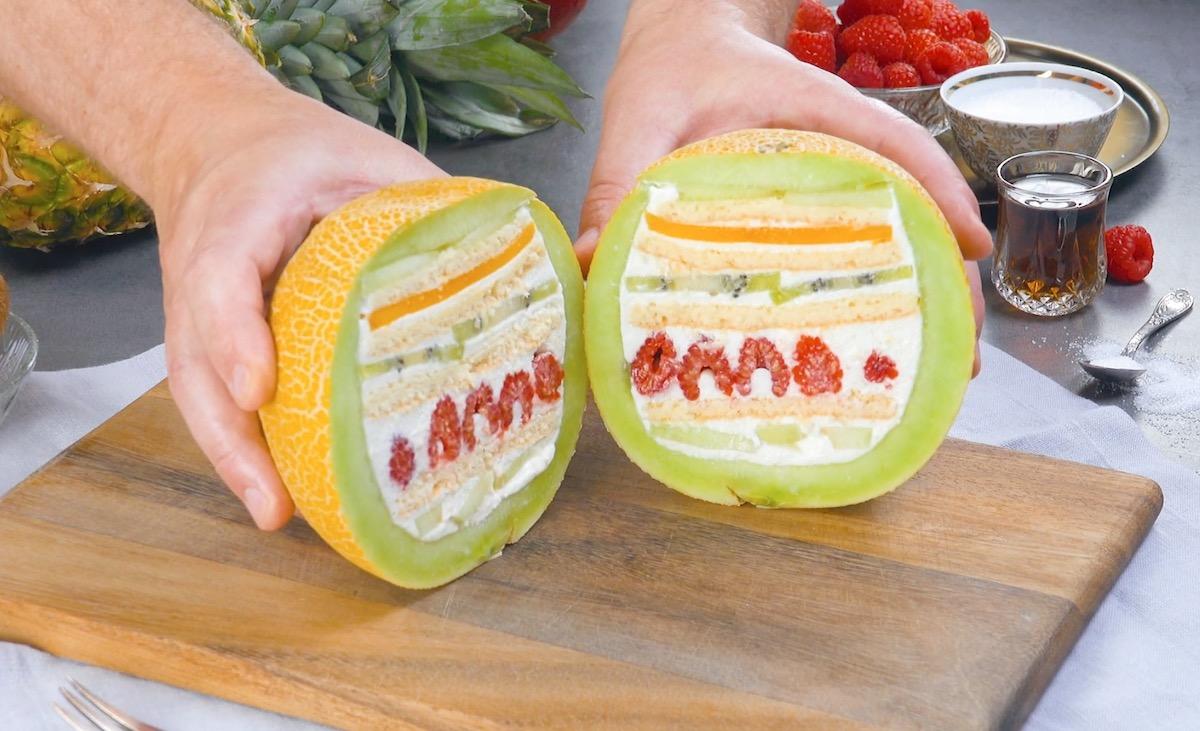 Melone ripieno di pasta biscotto formaggio fresco e frutta