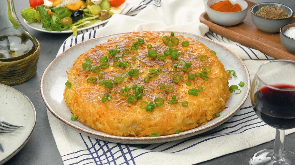 Rosti di patate in padella ripieno di petto di pollo piccante
