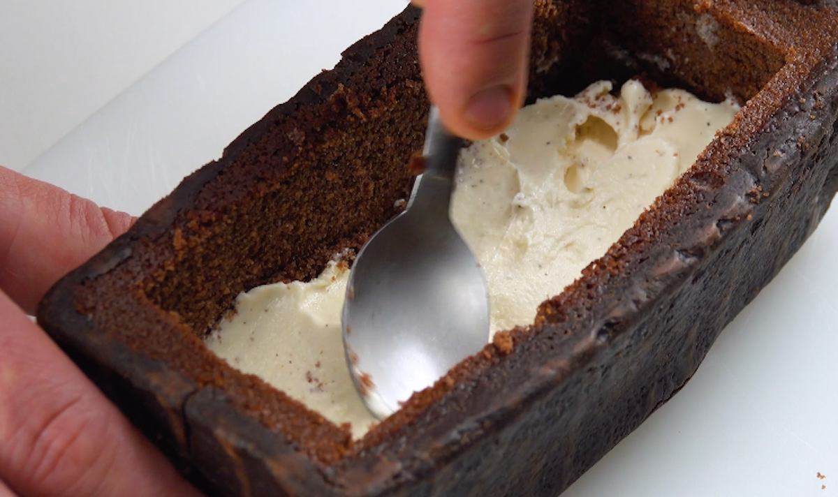 Gelato alla vaniglia nella torta al cioccolato