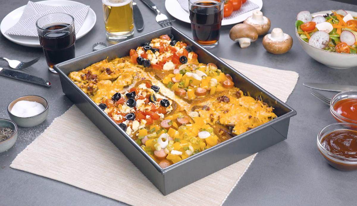 Sandwich in teglia con pomodori, feta greca, funghi champignon e olive nere