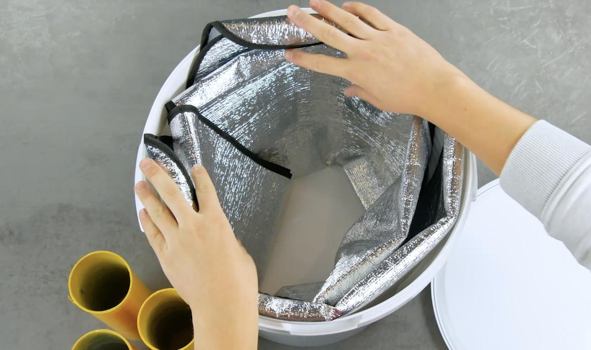 Parasole isolante infilato nel secchio di plastica