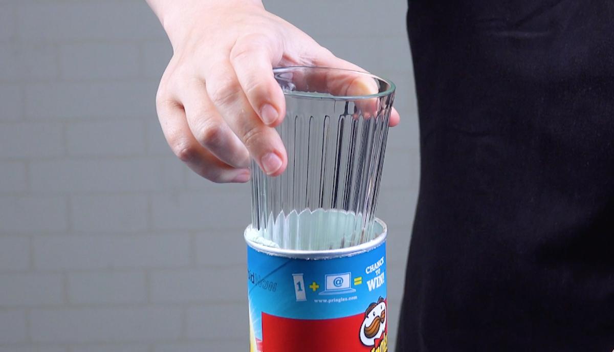 Confezione di patatine Pringles con bicchiere infilato