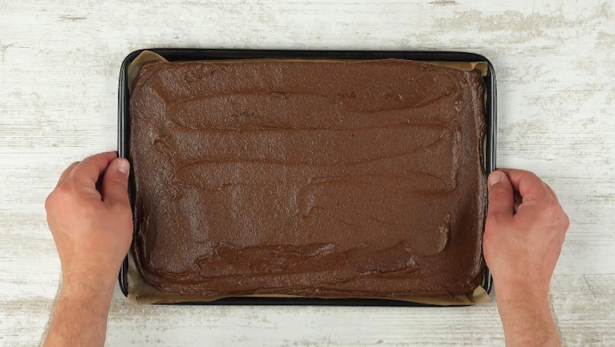 Impasto al cioccolato steso nella teglia