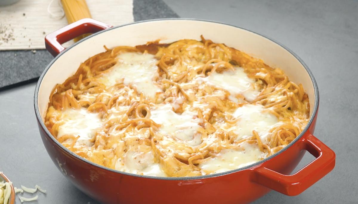 Piatto unico di spaghetti al pomodoro e polpette di carne