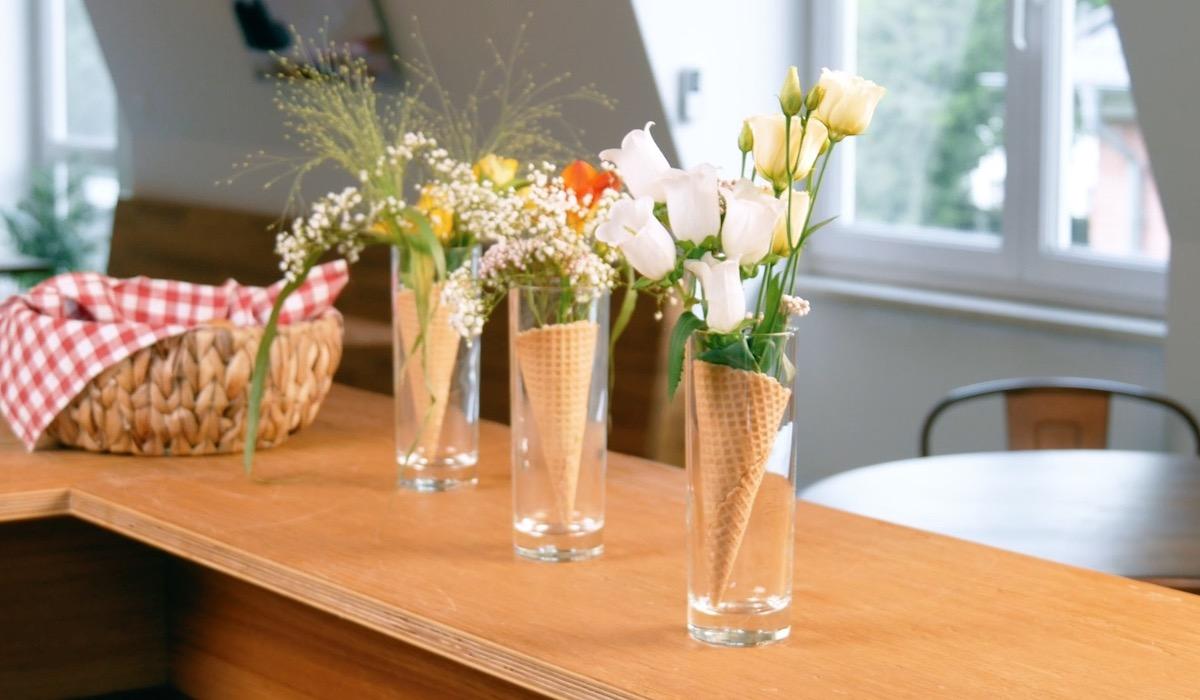 Composizione floreale nelle cialde gelato