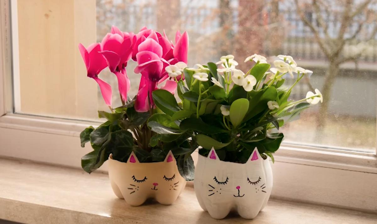 Vasi di fiori con bottiglie di plastica