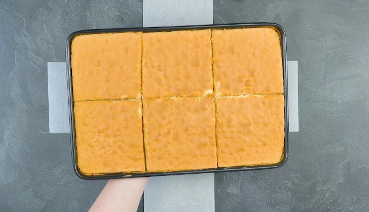 Pan di Spagna rettangolare in teglia tagliato in 6 quadrati