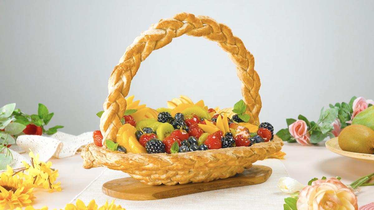 Cesta di frutta di pasta sfoglia con crema al mascarpone e macedonia di frutta fresca
