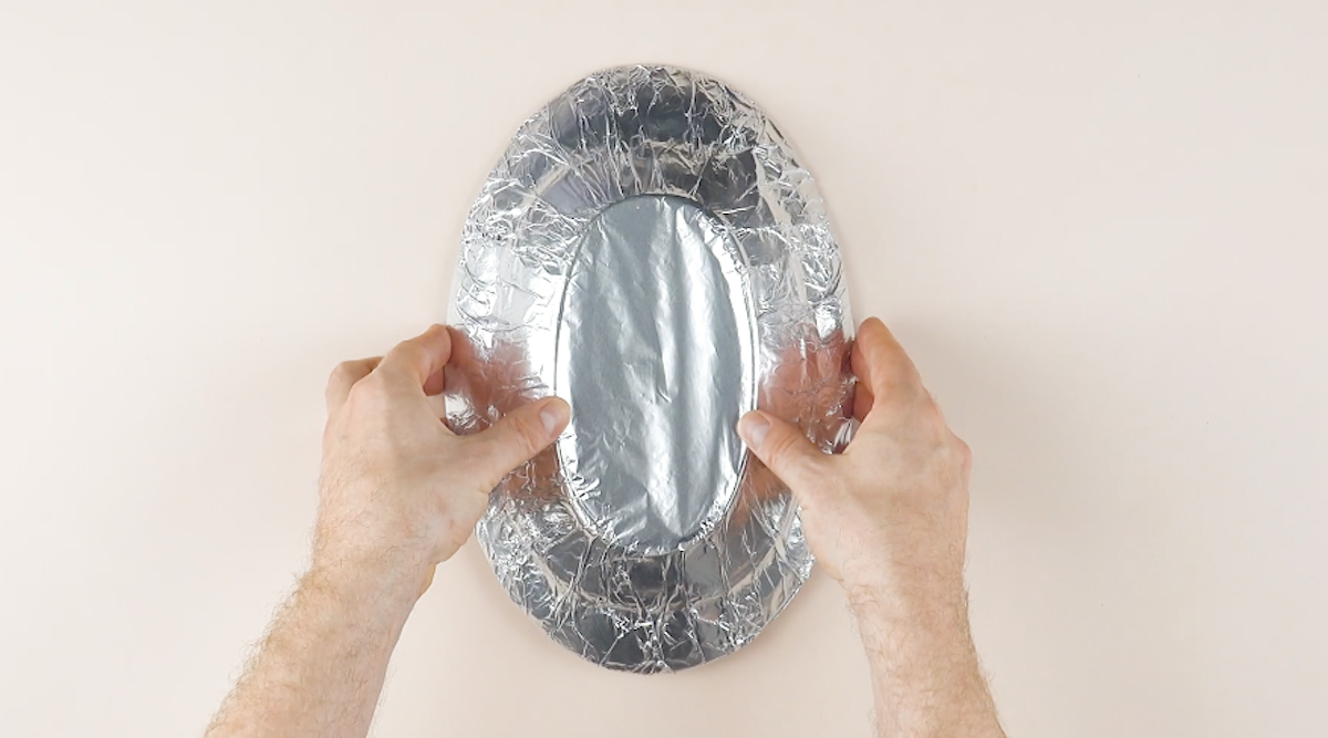 Vassoio ovale coperto con la carta stagnola