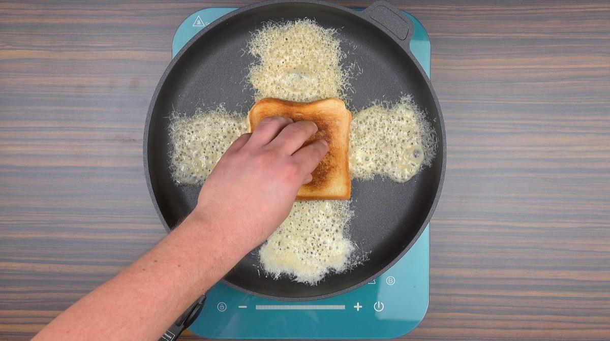 Pane tostato con parmigiano reggiano in padella