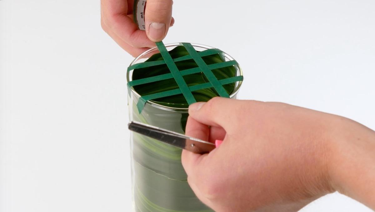 Rete di nastro adesivo sul bicchiere