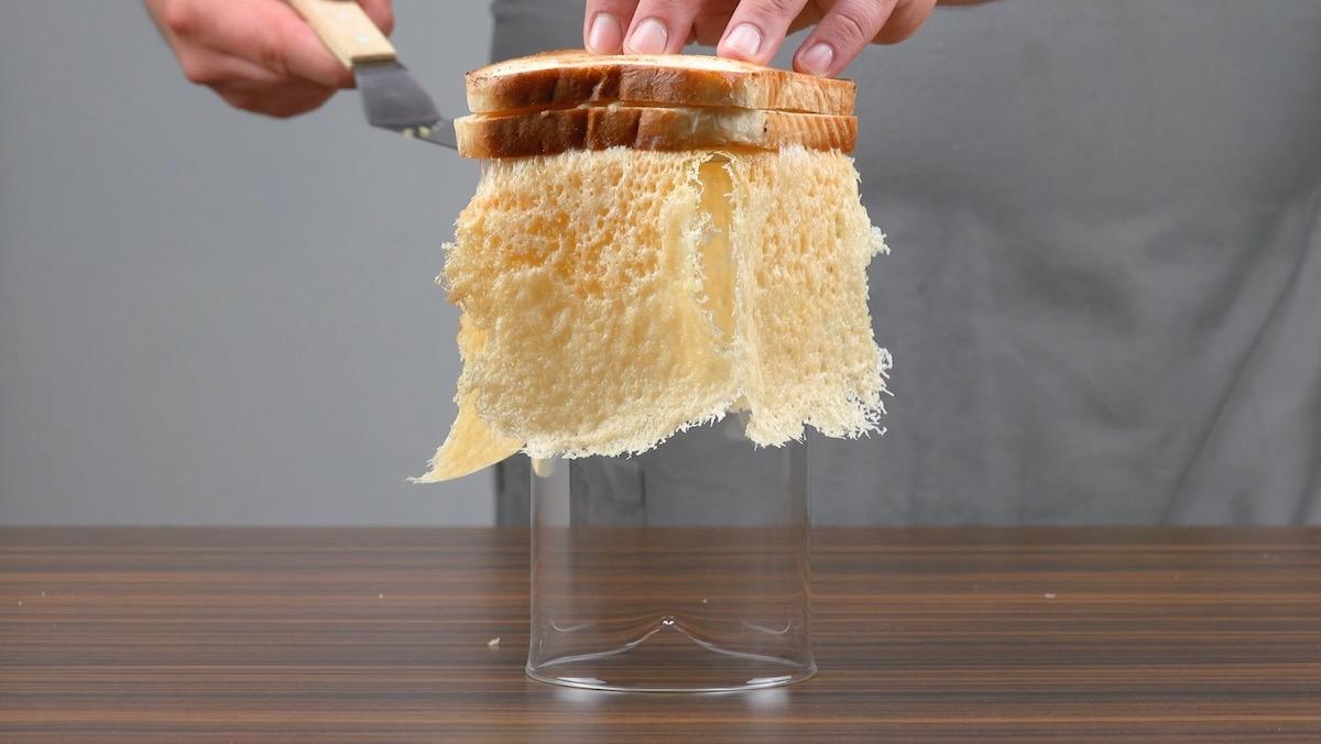 Cestino di parmigiano su pane tostato