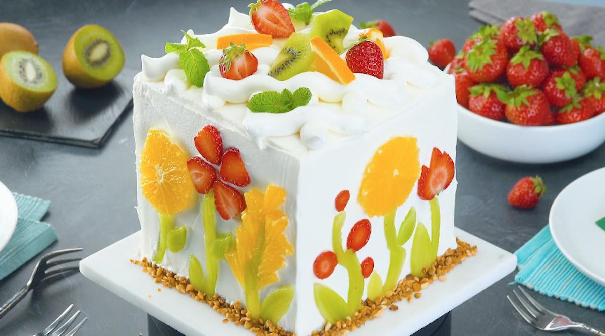 Torta alla frutta con crema al cioccolato bianco e decorazione floreale