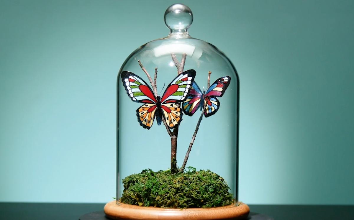 Campana di vetro con farfalle