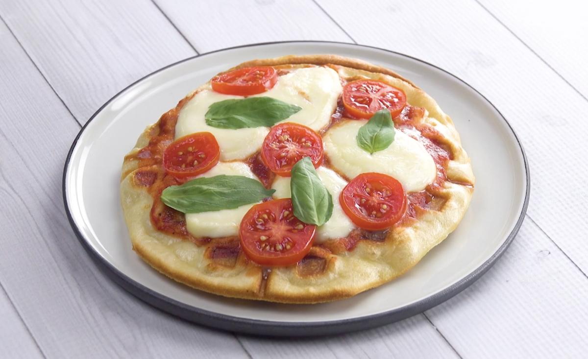 Pizza fatta con la piastra per waffle