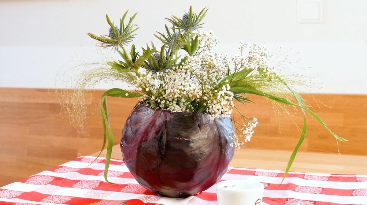 Bouquet di fiori nel cavolo rosso