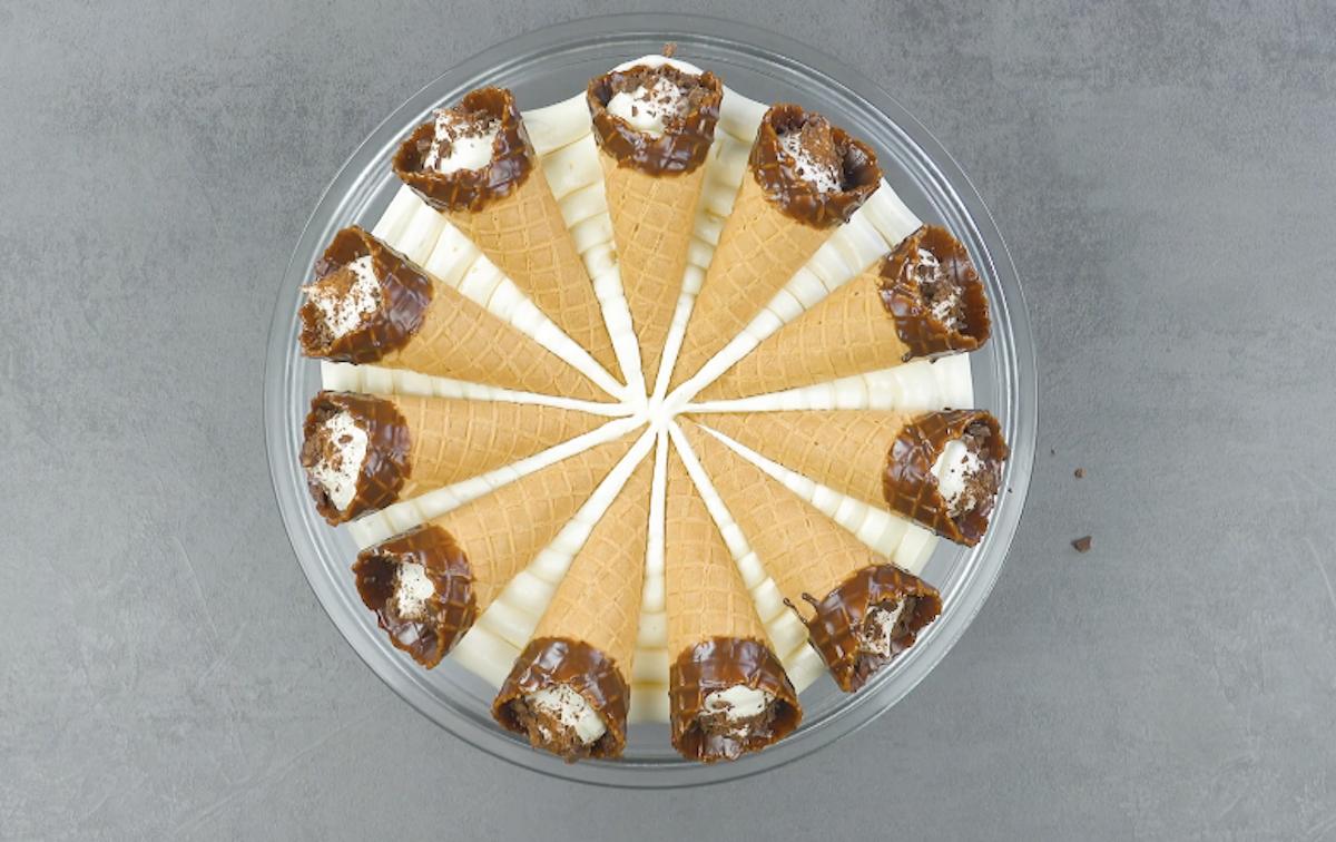 Cialde gelato disposte a raggiera sulla mousse di cioccolato bianco
