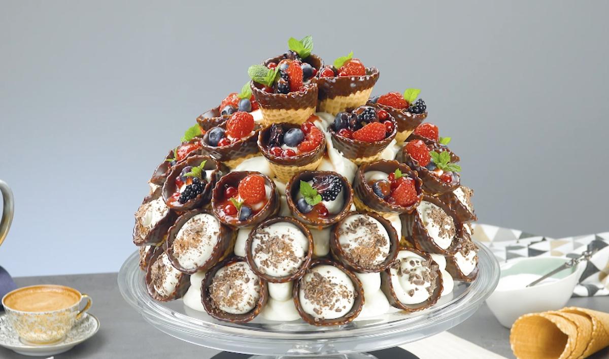 Cupola di cialde gelato con mousse al cioccolato bianco, frutti di bosco e crema ganache al cioccolato