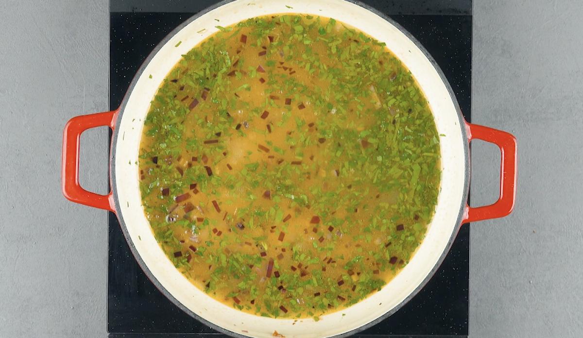 Brodo di pollo e erbe aromatiche