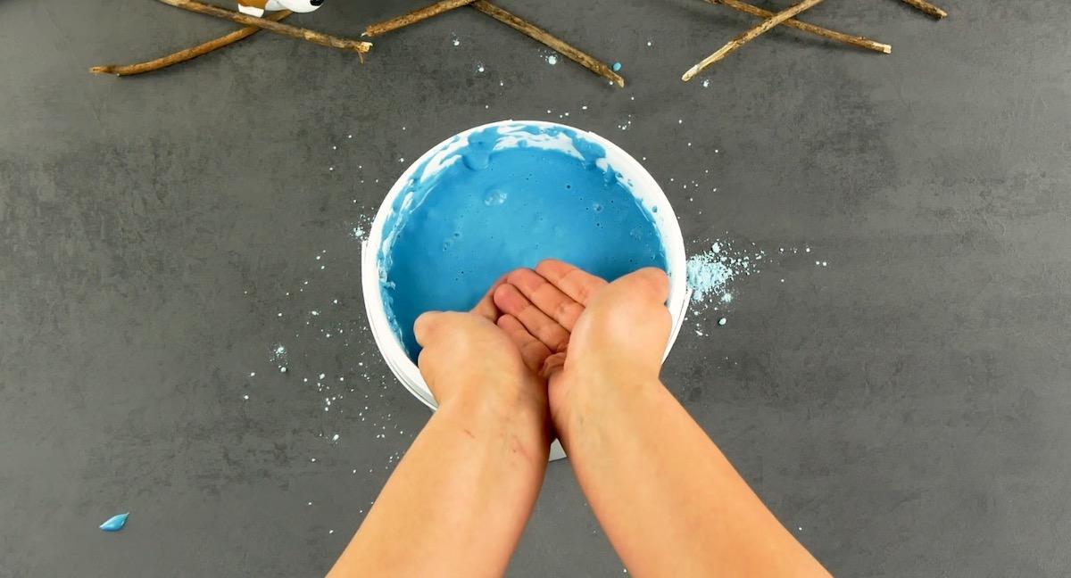Mani nella pasta modellabile