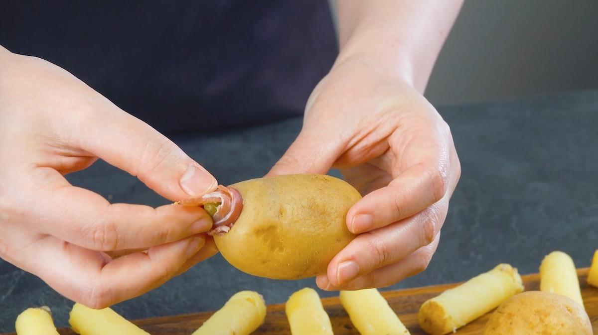 Patate lesse farcite con cetriolini sottaceto e pancetta tesa