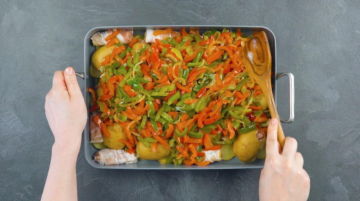 Cipolle e peperoni in teglia con patate ripiene