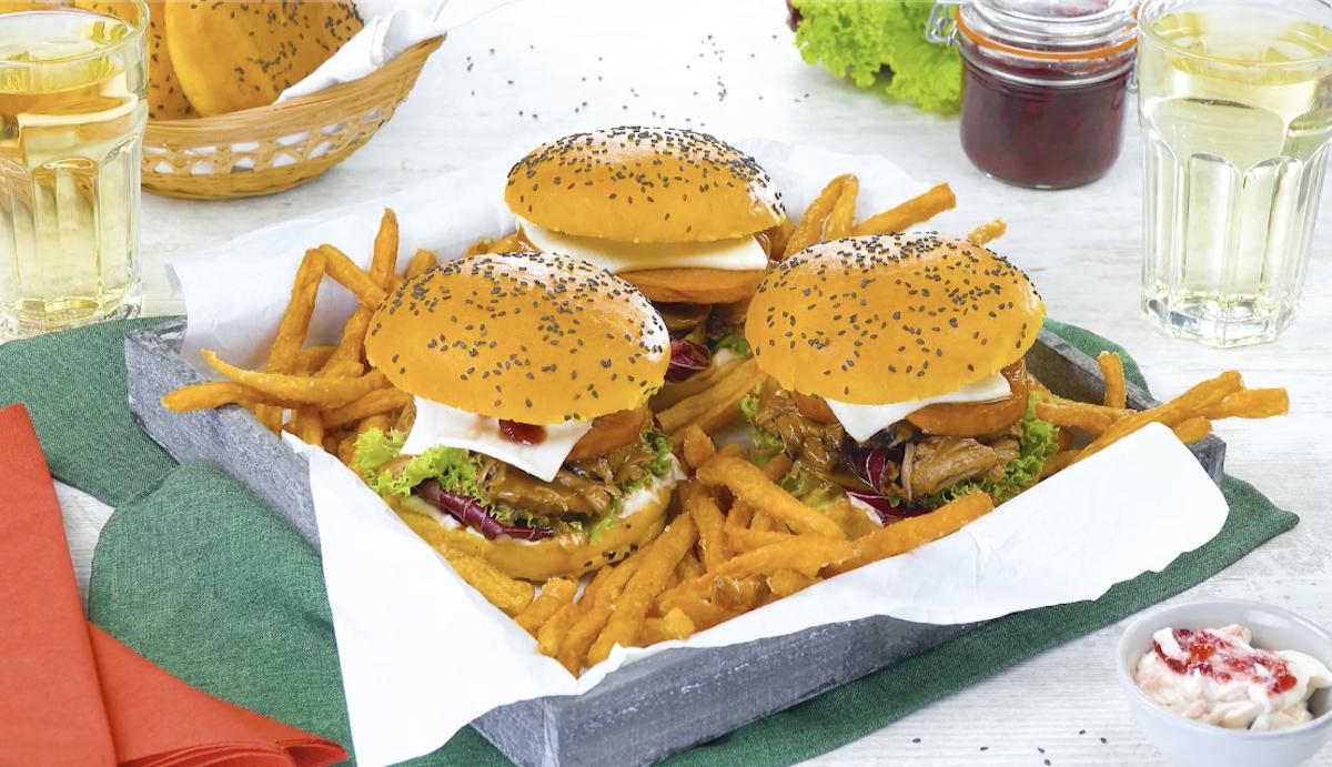 Hamburger fatti in casa per il giorno del ringraziamento con carne di tacchino e pane alla zucca