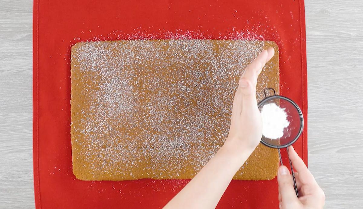 Pasta biscotto cosparsa di zucchero a velo