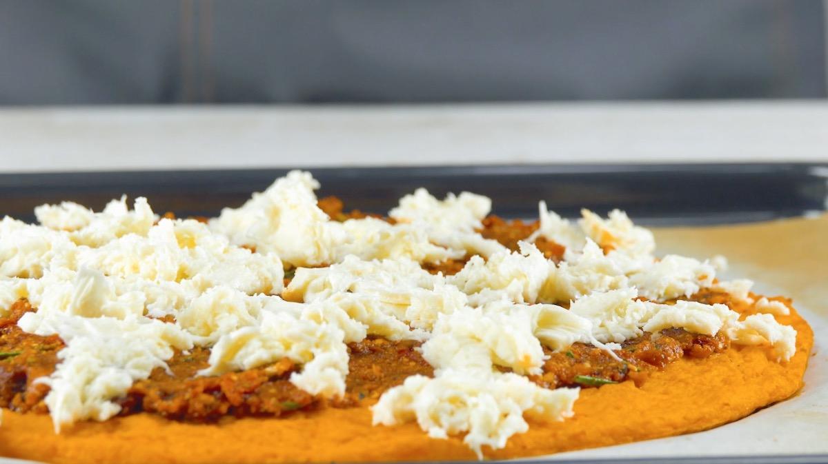 Pizza di zucca con pesto rosso e mozzarella