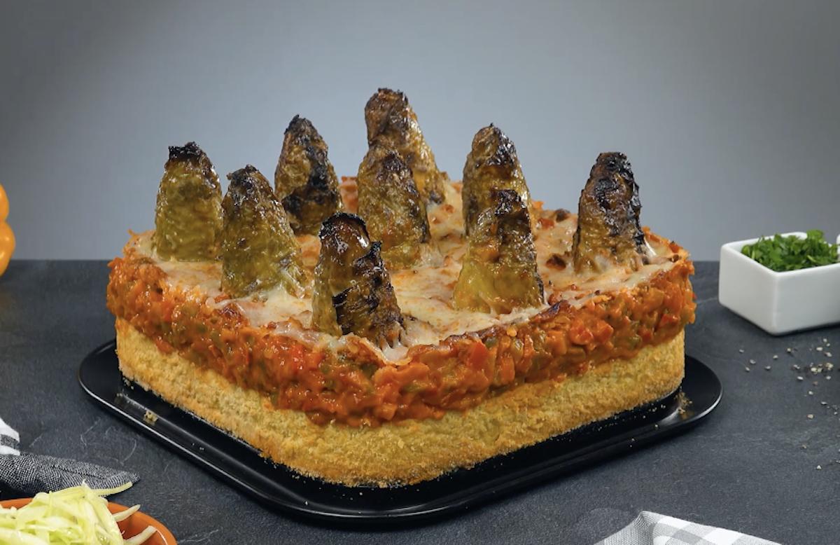Sformato di cavolo cappuccio con carne macinata, crema di patate e salsa di peperoni