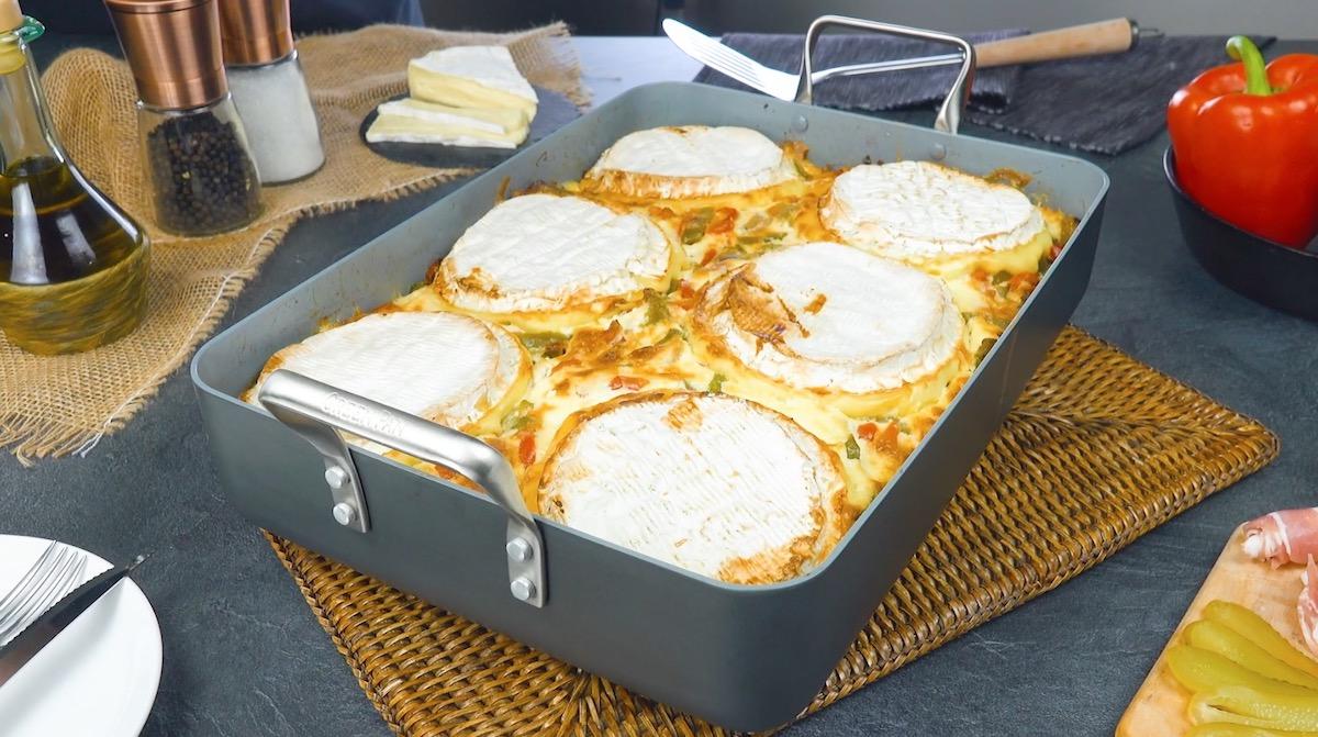 Sformato di patate ripiene con formaggio Camembert, peperoni e cipolle