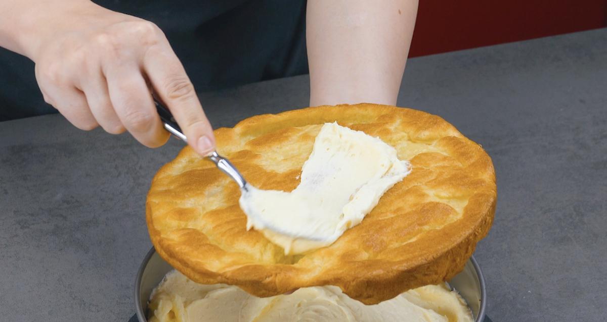 Crema alla vaniglia spalmata sulla pasta choux cotta al forno