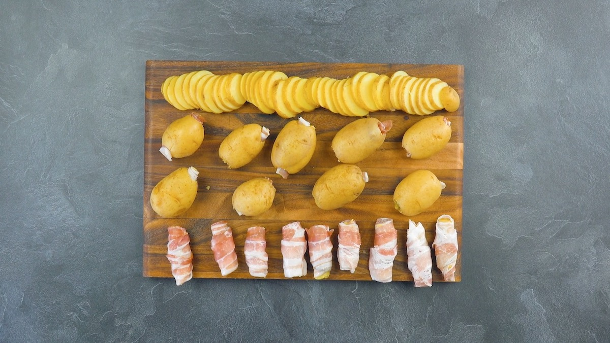 Patatate lesse farcite con pancetta tesa e cetriolini sottaceto