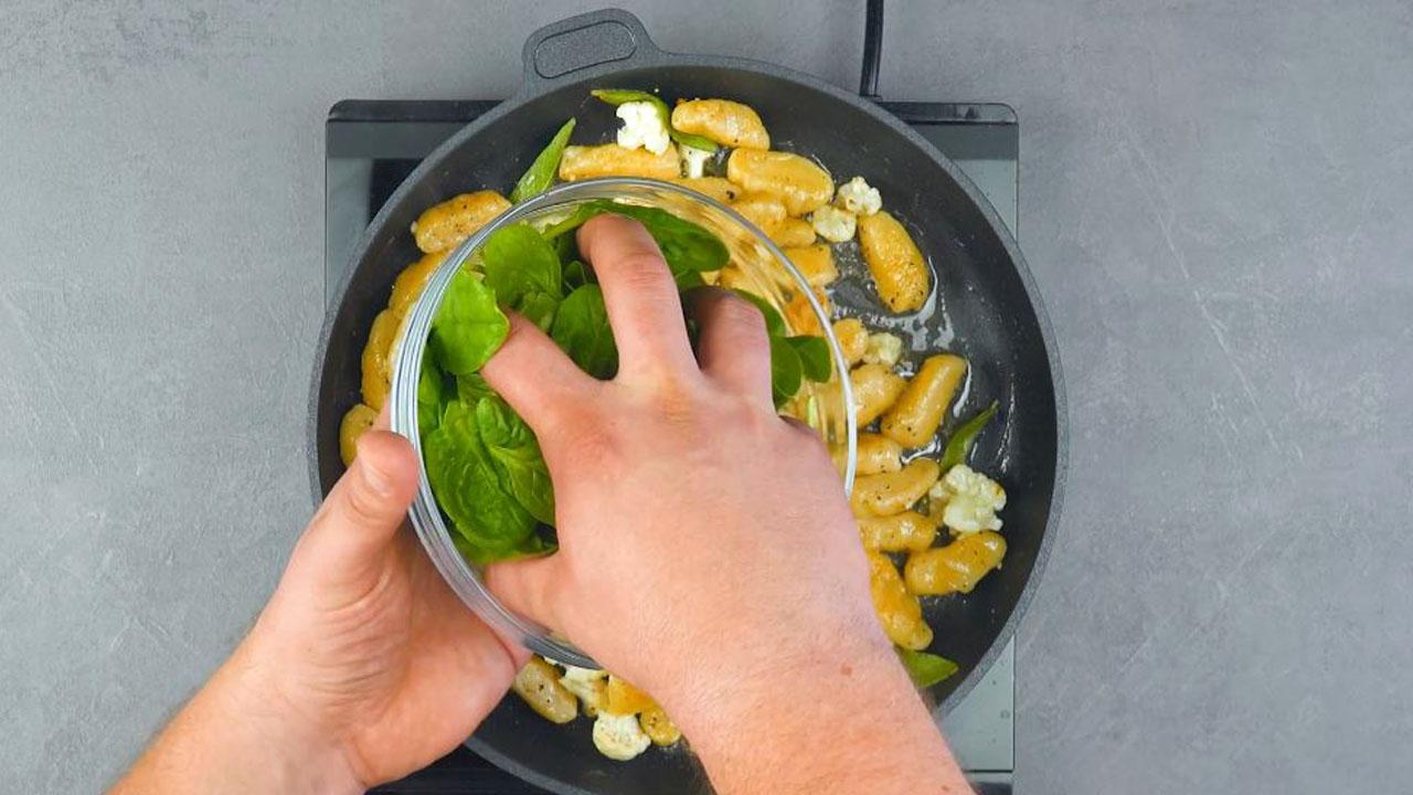 Gnocchi di calvolfiore con spinaci in padella al burro e salvia