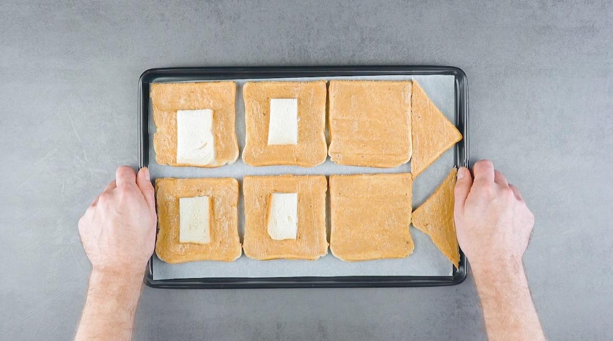 Fette di pane in cassetta con burro aromatizzato alla cannella su una teglia