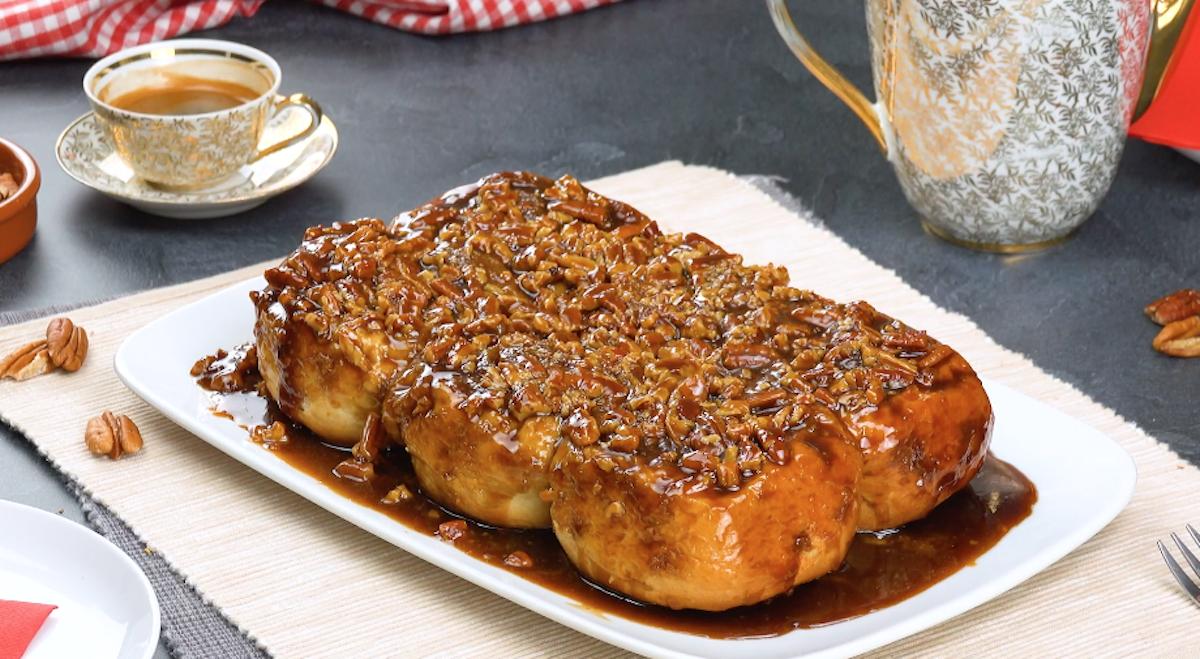 Dolce caramellato con panini dolci di girelle alla cannella e noci pecan