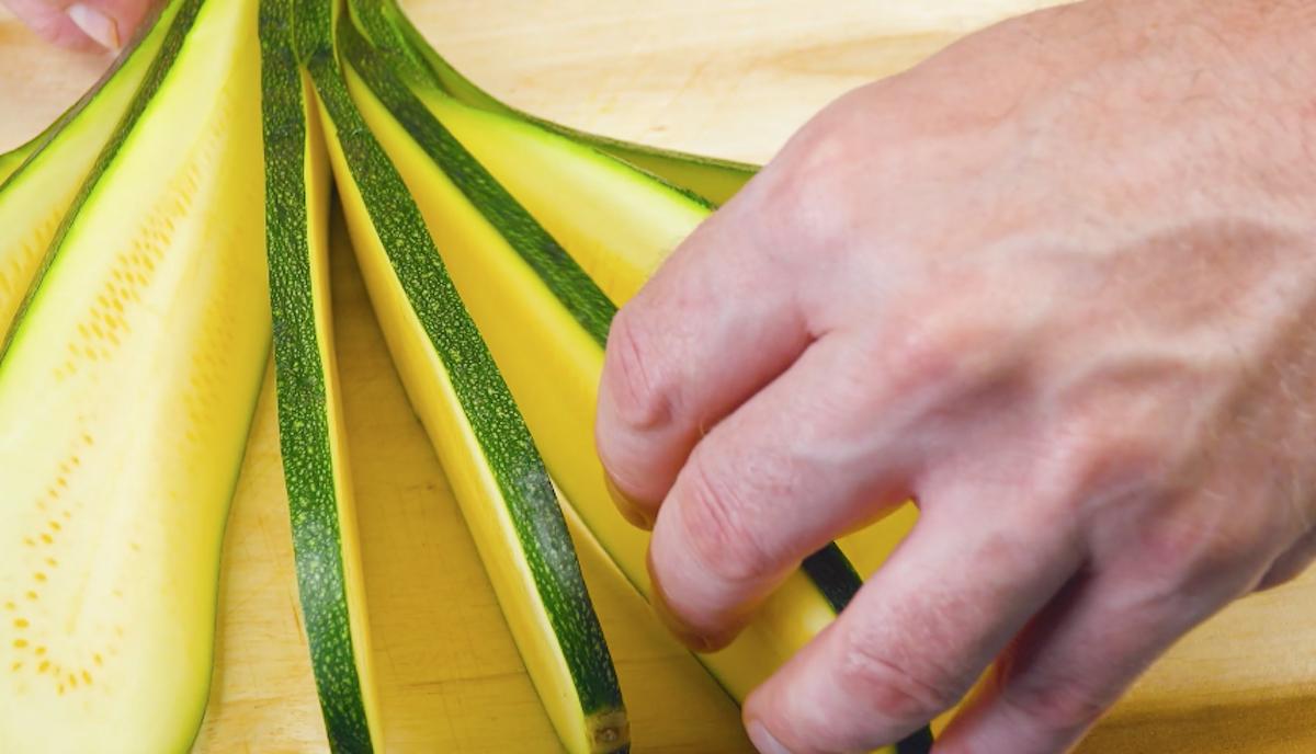 Zucchina tagliata e aperta a ventaglio